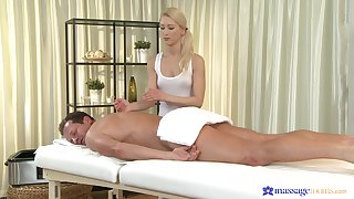 Masseuse ends up putting a catch client's dick up her fine holes