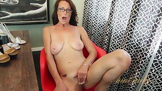 Nice Materfamilias Mimi Moore Toute seule - Hot Porn Dusting