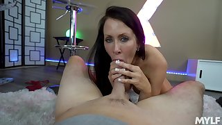 Mature shows off her porn talents in a wonderful POV