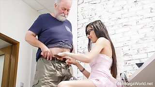 Nerdy step-niece surrounding glasses Ashely Ocean is craving for cum and unreasonable sex fun